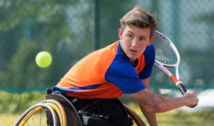 Niels op de tennisbaan. (foto Bastien Gallay)