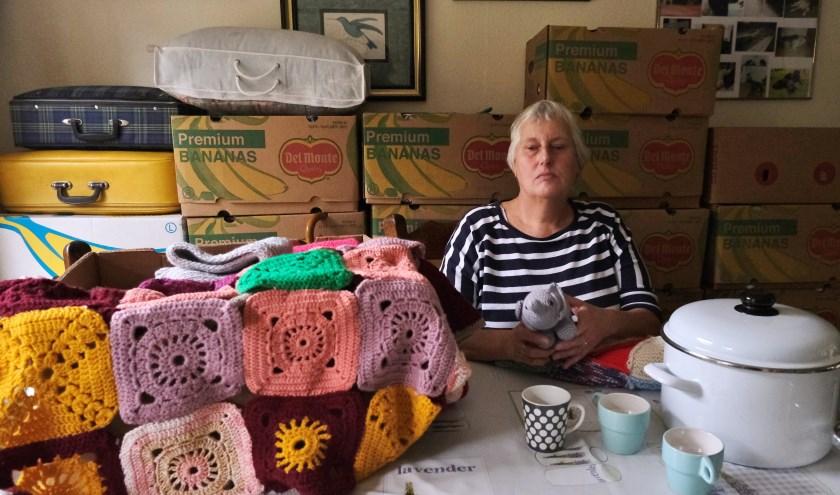 Connie Gramser zamelt knuffels, dekens, kleding en huisraad in voor een dorp in Roemenië. FOTO: Ellis Plokker