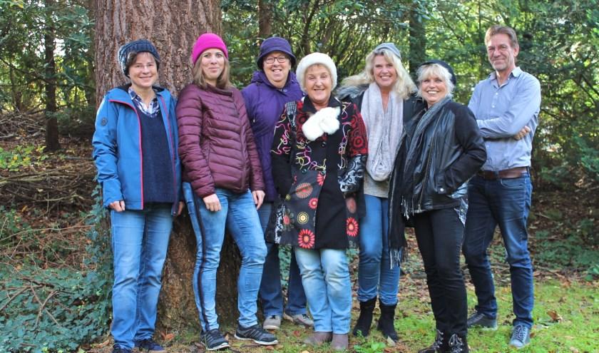 De zes spelers, 'Mutsen' van Toneelvereniging 'Steeds Beter' samen met regisseur Henri Nap. FOTO: Els van Stratum