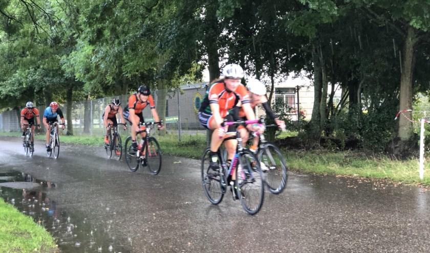 Triatleten tijdens het fietsonderdeel op het WTC parcours