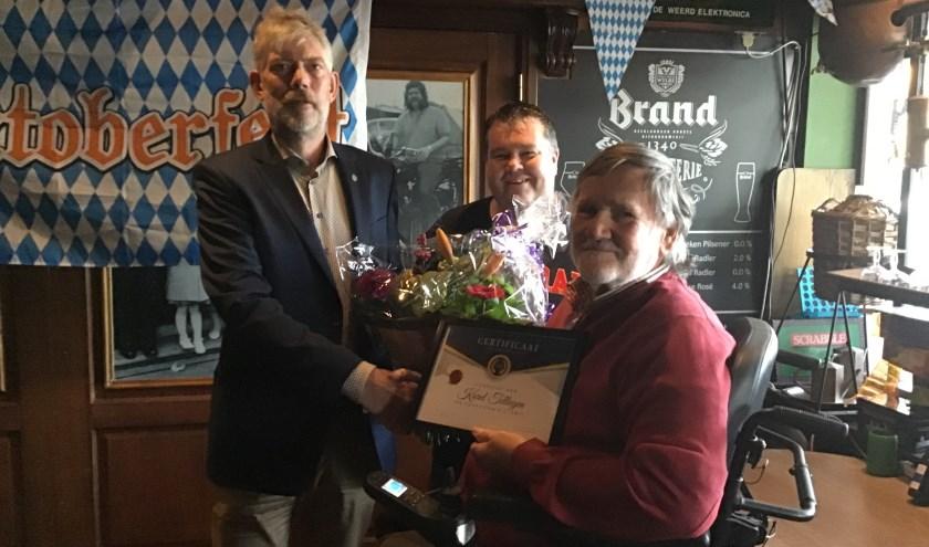 Erevoorzitter Karel (midden) met Werner te Riele en Gerrit Tellegen, de nieuwe voorzitter.