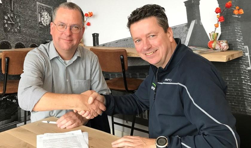 Bjørn Duits en Paul van Hooren ondertekenen de nieuwe overeenkomst.