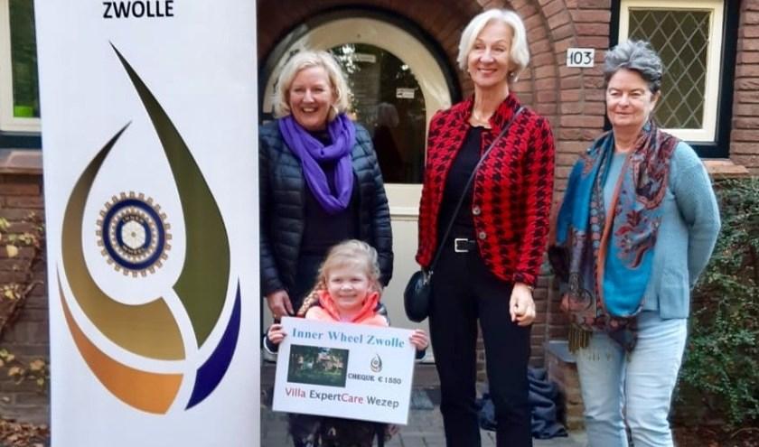 Wilma Nijland, past-president van Inner Wheel Zwolle. overhandigde de cheque aan Mary van Norel van Villa Expertcare.