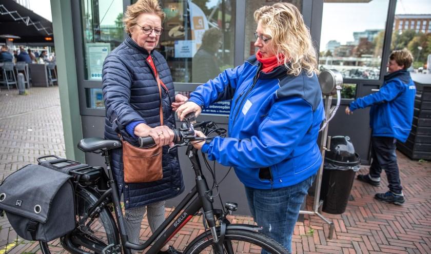 De gemeente heeft de papieren kaartjes van de fietsenstalling vervangen door stickers en een sleutelhanger met barcode. (foto: Frans Paalman)