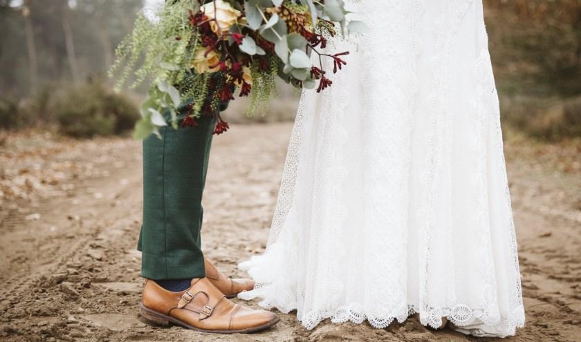 bruidsjurk, boeket, schoenen bruidegom