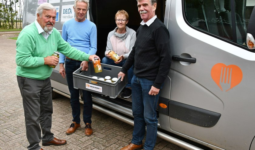 De voedselbank houdt een Open Huis. Op de foto: Wil Botermans, Theo Koenders, Johanna Mc.Laverty en Emile Koenders. (foto: Ab Hendriks)