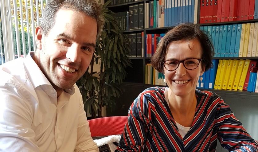 Chantal van Haaren (Nieuwegein) en Martijn Nieuwenhuisen (Houten) ondertekenen de statuten.