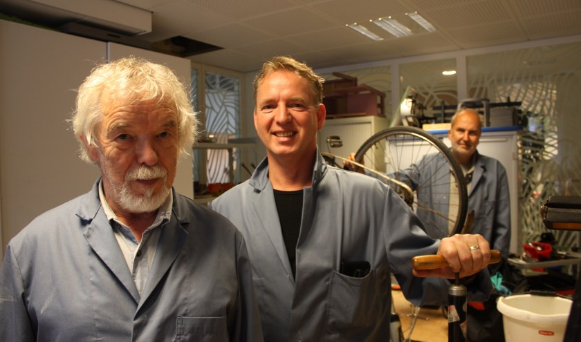 Reinier Koelink (midden) met Manuel Kanters en  Gerard Berkers in de fietsenwerkplaats van De Landrijt. (Foto: Rob Weekers).