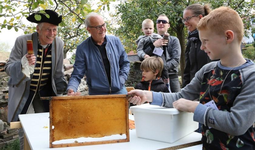 Plezier voor jong en oud in Heemtuin de Meulenwerf tijdens de Kleppermandagen op 16 en 20 oktober. Foto: Huub Hulsen