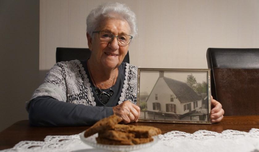 Dit Dirksen-Hogendoorn met een foto van het ouderlijk huis in Linschoten van waaruit ze zoveel Koeienmarkten beleefde. Natuurlijk met speculaas op tafel want dat hoort erbij.