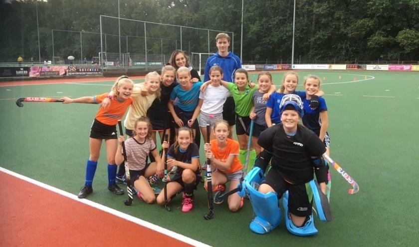 Team Meisjes D1 met achteraan trainers Noortje Brunner en Mick van Soest. FOTO: Ellis Plokker