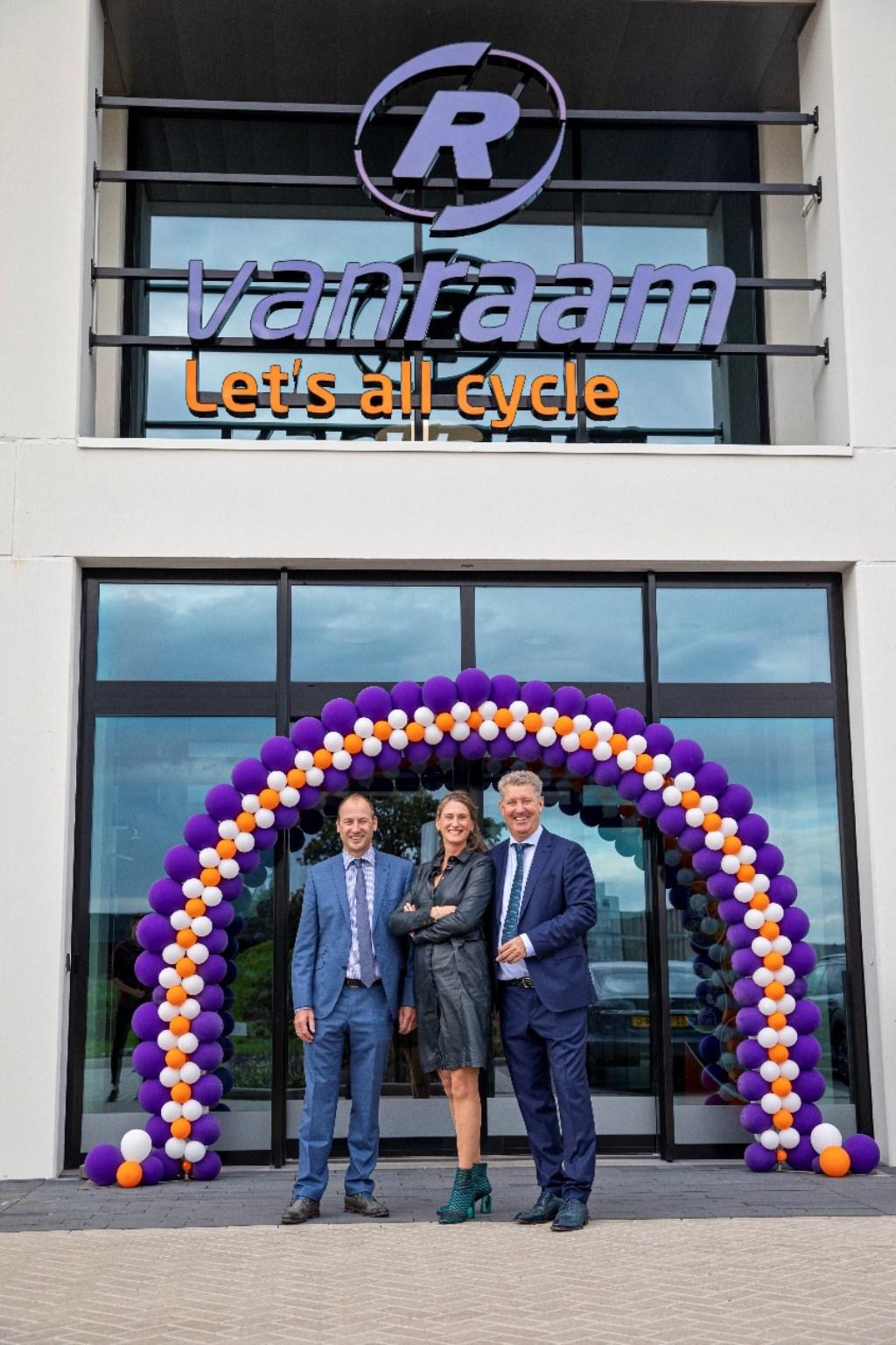 Directie van Van Raam voor de ingang van het nieuwe pand. V.l.n.r. Jan-Willem Boezel, Marjolein Boezel en Ronald Ruesink.  © DPG Media