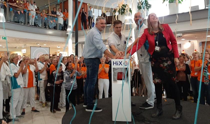 Feestelijk startsein voor het nieuwe elektronische patiëntendossier van Ziekenhuis Rivierenland op 11 oktober 2019. Links bij de knop: J.W. Haan.