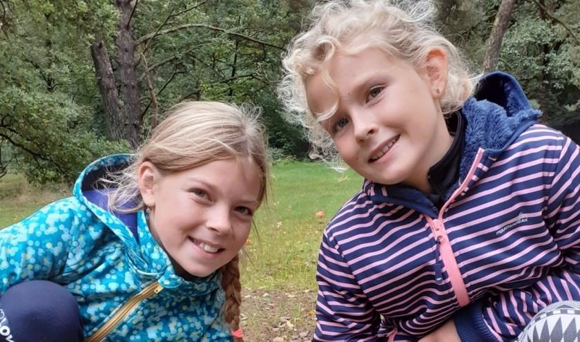 Joëlle en Jedidja in het bos