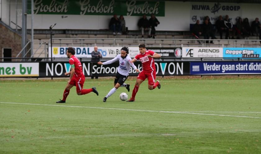 Yessin Maskoul is twee verdedigers van SDV Barneveld te snel af. (Foto: Henk Steen)