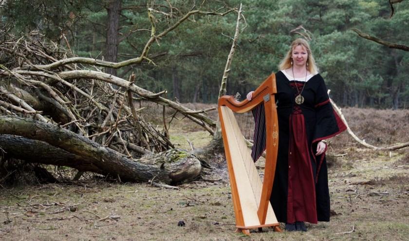 Regina Ederveen is een gepassioneerd harpiste, die met plezier haar harp bespeelt. (foto: K. Maaswinkel)