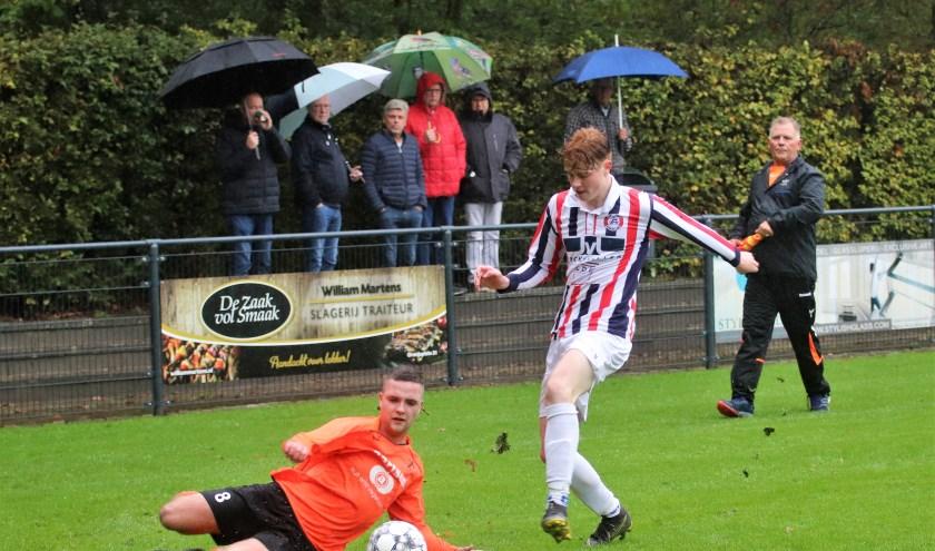 Uno Animo-verdediger Wesley van Dongen onderbreekt een aanval van Beek Vooruit. De ploeg uit Loon op Zand haalde voor het eerst dit seizoen met 4-1 opeens stevig uit. Foto: Wout Pluijmert