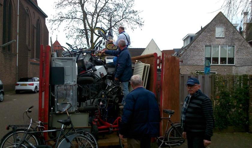 De container van Ons Genoegen kan weer vol met oud ijzer. Zaterdag 19 oktober op het Pastoor Spaanplein. (Foto: Rick van den Bosch)