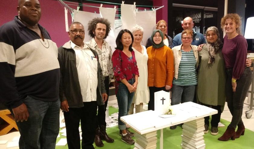 Nadia, tweede van rechts, met haar docente, uiterst rechts, en haar lesgroep. Lees meer over toneelstuk WAS op www.vandenkrommenackertheaterproducties.nl.