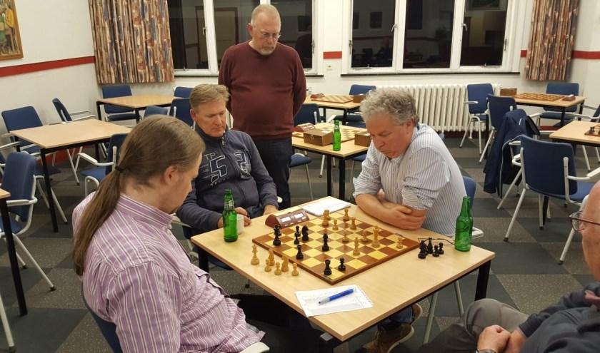 Foto van de titanenstrijd. John Riksen en Teunis Bunt kijken toe. (foto: Rinus van der Molen)