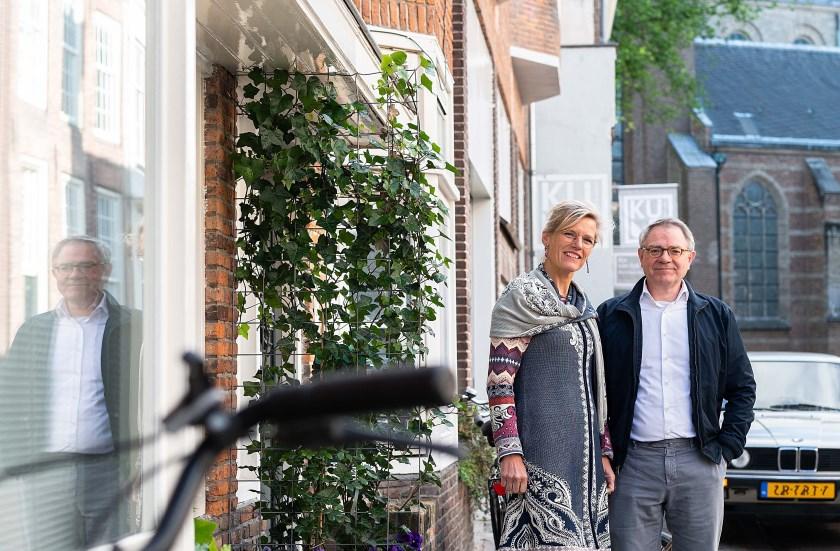 Ilse Panis uit Leersum en Maarten van Bommel uit Driebergen bij het studentenhuis dat een rol speelt in het boek.