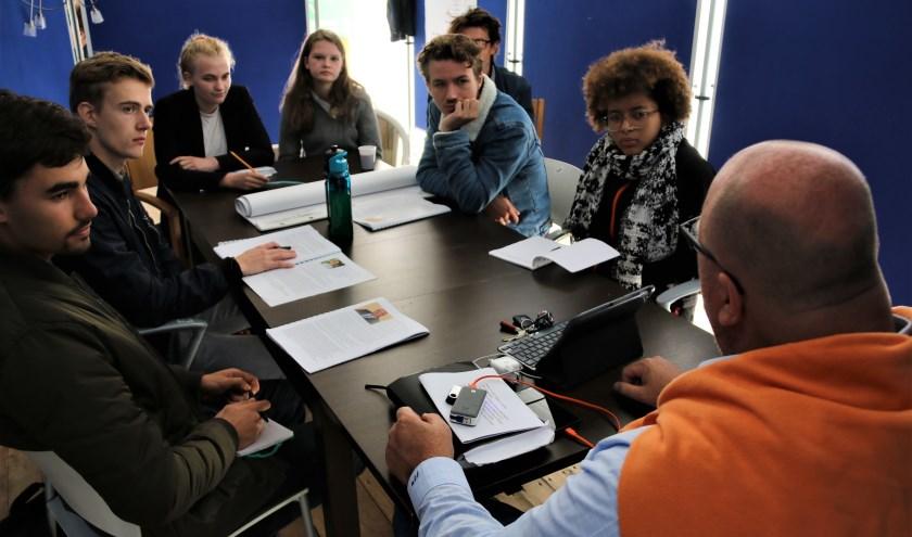 John Nederstigt probeert de studenten uit te dagen en te inspireren. Foto: RSG Slingerbos