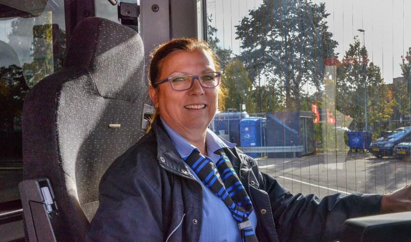 Diana Hoogvorst, buschauffeur bij Syntus zet zich in voor zwerfkittens op industrieterrein IJsselveld. (Foto: Paul van den Dungen)