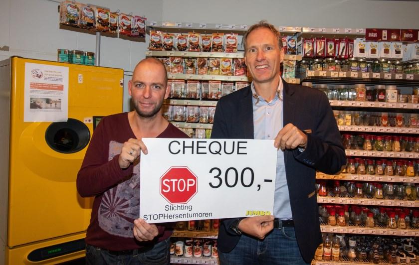 Hans de Leeuw (links) neemt de cheque in ontvangst van Chris Gradussen van Jumbo Duiven.