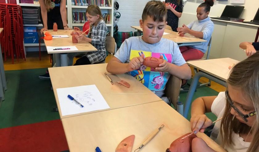 Kinderen van basisschool Andries van der Vlerk in Hoogvliet volgen een les gegeven door Boijmans Van Beuningen.