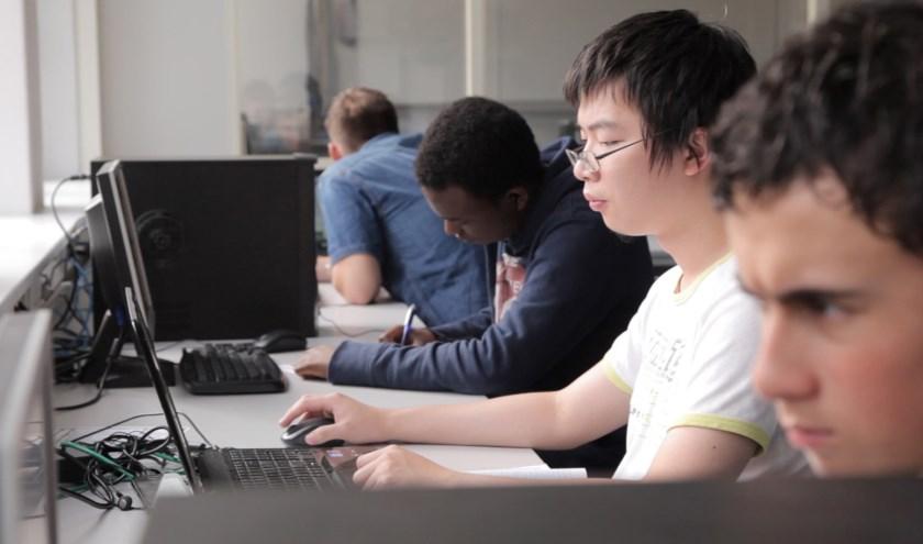 Digitale geletterdheid wordt steeds belangrijker. Het gaat hierbij om de kennis en vaardigheden die onmisbaar zijn bij leren, leven en werken.