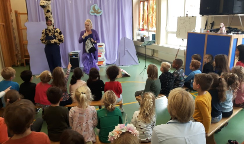 Kinderen van De Tamboerijn kijken geboeid naar de voorstelling over Giraf.