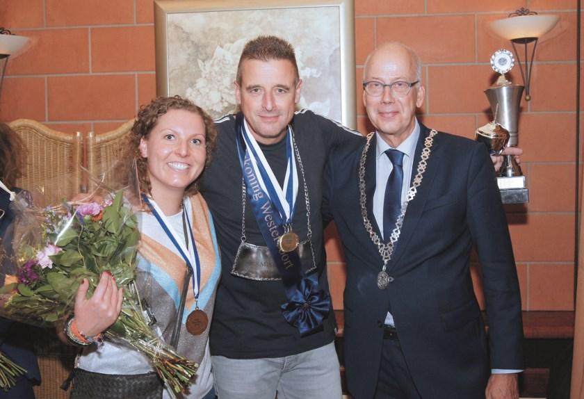 Burgemeester Arend van Hout met de beste schutters tijdens het kermiskoning(in)schieten van vorig jaar.