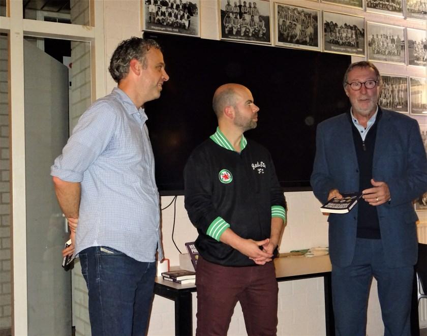 In het businesshome van FC Wageningen ontving Gerdo Hazelhekke (rechts) uit handen van schrijver Martijn Scwillens (midden)  namens FC Wageningen het eerste exemplaar van het boek 'Verdwenen Profclubs'. Links Jim Holterhuës, hoofdredacteur van Staantribune.