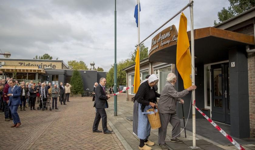 De ereleden mevrouw Haverhals-Willemsz en Wijnand Konings onthulden de naam voor het nieuwe gebouw van de heemkundevereniging: Ons Heem. Foto: Jasmijn Stikvoort Photography