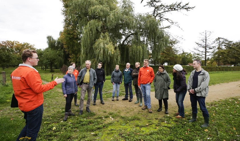 Wytse de Jong (l) geeft uitleg over de plannen voor een Herenboerderij op landgoed De Baronie van Cranendonck. Foto: Jurgen van Hoof