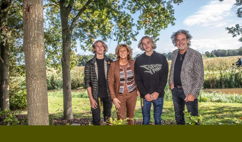 Peter Pal met zijn zonen Ian en Vince en Corine den Hollander van IntermeZZo. (foto: Frans Paalman)