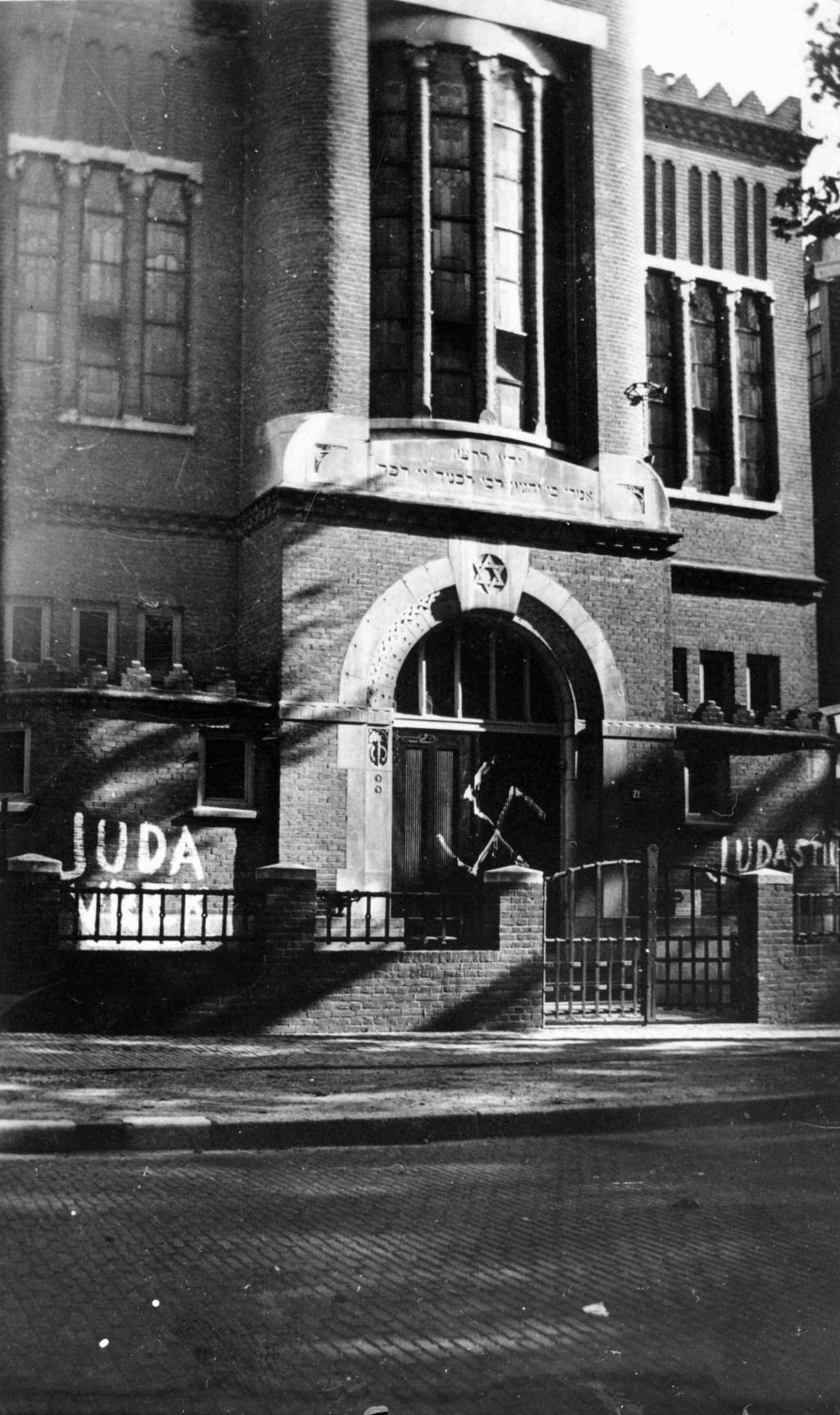 De Joodse synagoge aan de Gerard Noodtstraat werd in 1941 beklad met antisemitische leuzen en een hakenkruis. Fotocollectie Regionaal Archief Nijmegen © DPG Media