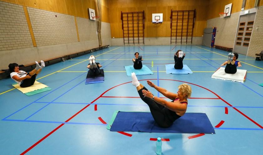 De leden van Gym- en Trimvereniging Voorwaarts houden de conditie op peil met Pilates. (Foto: Bert Jansen).