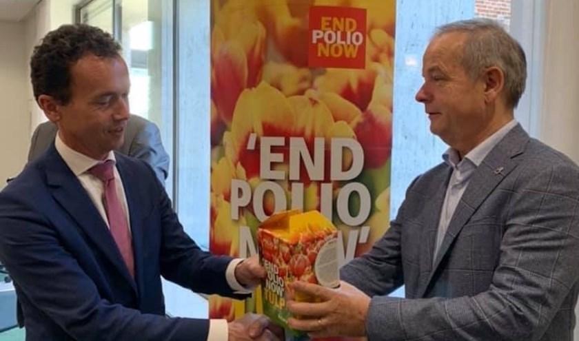 Voorzitter Erick Leferink van Rotary Zevenaar (rechts) overhandigt symbolisch een doos tulpenbollen aan burgemeester Lucien van Riswijk van Zevenaar. (foto: Rotary Zevenaar)