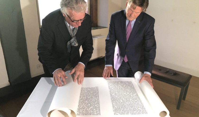 Peter Schoon (directeur Dordrechts Museum) bekijkt samen met wethouder Piet Sleeking een van de papierrollen. Fotograaf: Jarko Witte- van Leeuwen