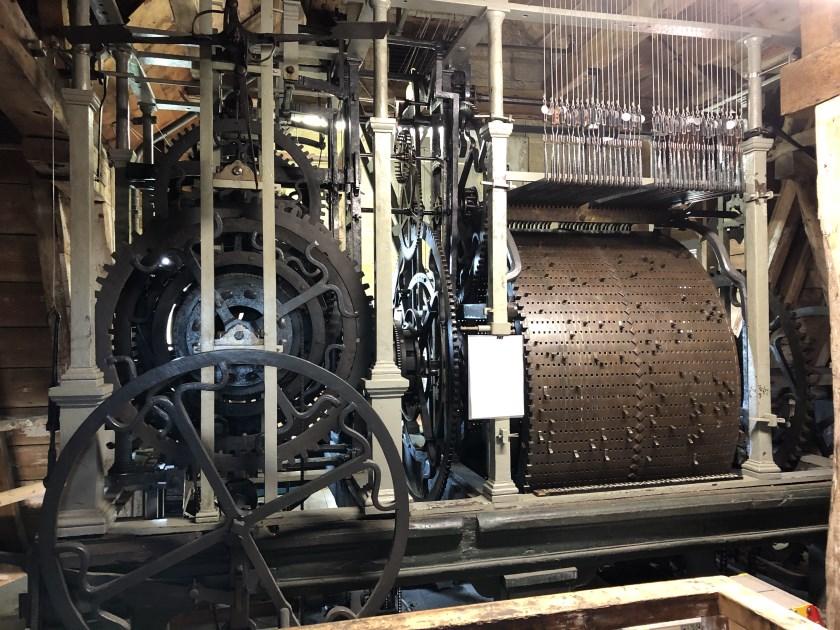 Stadsbeiaardier David van der Vlies heeft de historische speeltrommel uit 1735 van nieuwe noten voorzien.