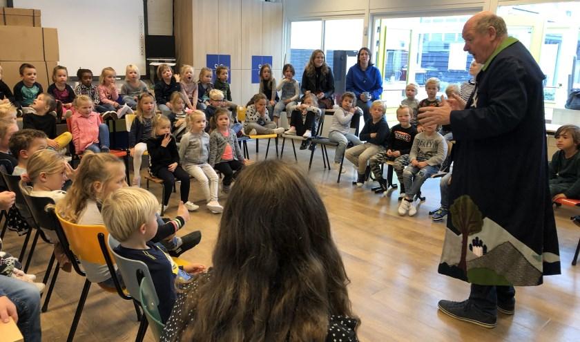 Nico van Lent vertelt de kinderen van de Willibrordus een spannend verhaal.