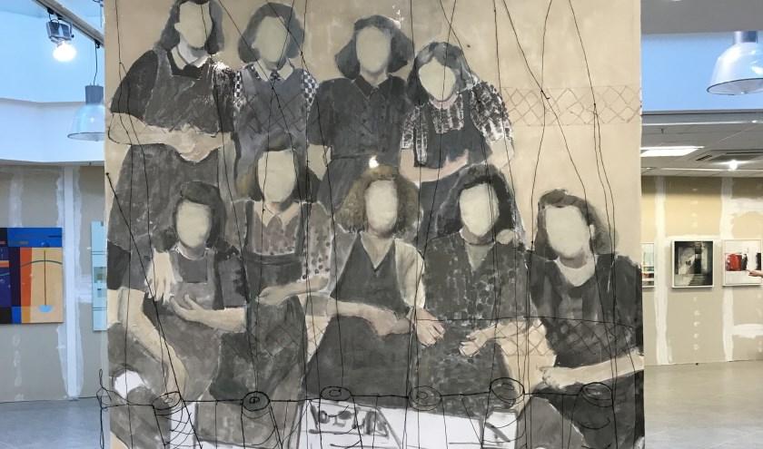 Een werk van Thea Zweerink: 'Vrouwen van de spinnerij'.