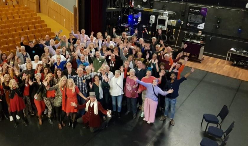 Voor de voorstelling van het Korenfestival kwamen alle deelnemers even bijeen voor een groepsfoto (Foto Renske Verbeek).