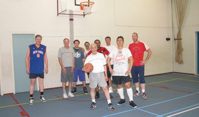 Elke maandagavond (niet in de schoolvakanties) conditie op peil houden door te basketballen voor iedereen vanaf 18 jaar. Foto: Eric Stockx