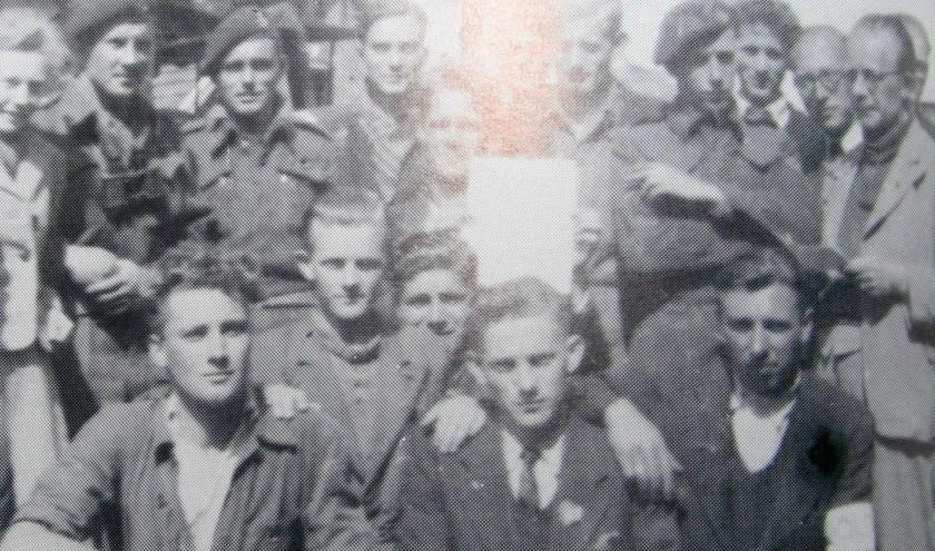 Canadese militairen hebben hier een ontmoeting met het verzet. Rechts commandant van de BS Jan Ensink en links koerierster Gretha Docter.