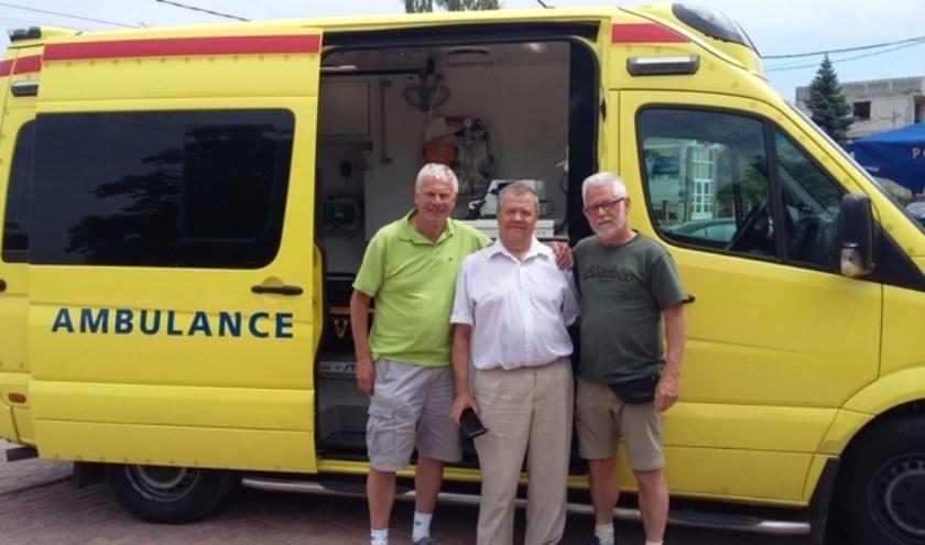 Deze volledige ingerichte ambulance heeft stichting Urgenta in 2018 aan een ziekenhuis in Moldavië geschonken. V.l.n.r. Jan Scheerder, medisch directeur Gusanu Ion en Arnold van Rijn. Foto: Urgenta.
