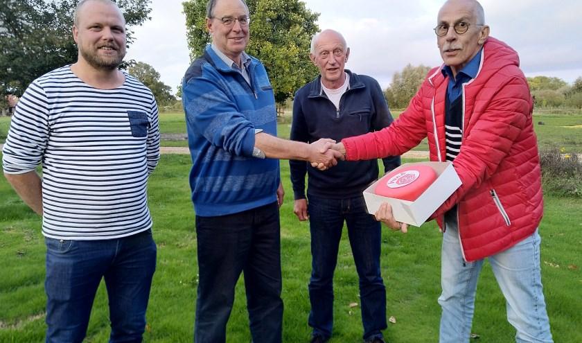 Job Gijzel, secretaris PvdA Lochem overhandigd de rode taart aan omwonende in Klein Dochteren.