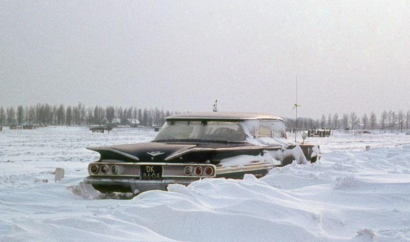 Bijlage: Een grote Amerikaanse Chevrolet Impala vastgelopen in de sneeuw. (Foto: Museum Het Reghthuys)