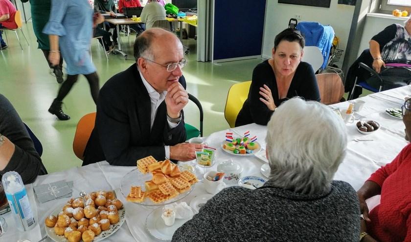 Onno van Veldhuizen is van plan om periodiek alle wijken van Enschede te bezoeken om een beter contact te krijgen met de inwoners. Vrijdag was hij in de Helmerhoek.